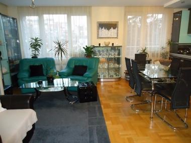 Хол с маса за хранене, апартамент ул.Веслец София